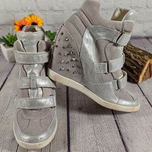 GUESS HISALYN STUDDED WEDGE SNEAKERS